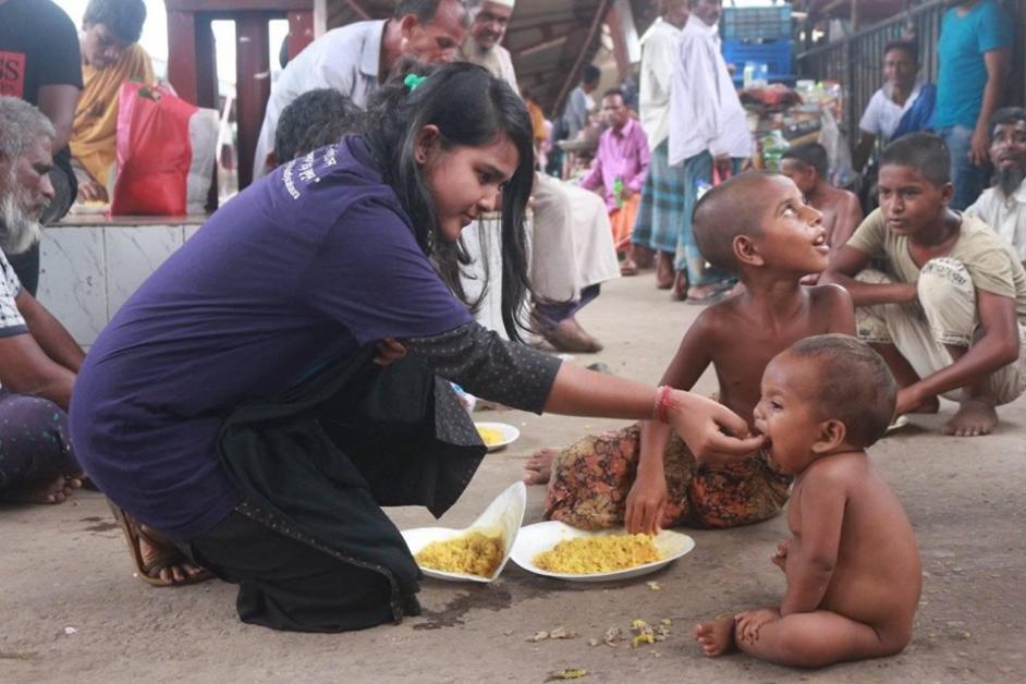 বছর পুর্তি: চার শতাধিক ছিন্নমূল মানুষকে খিচুড়ি খাওয়ালো 'আত্মীয়'
